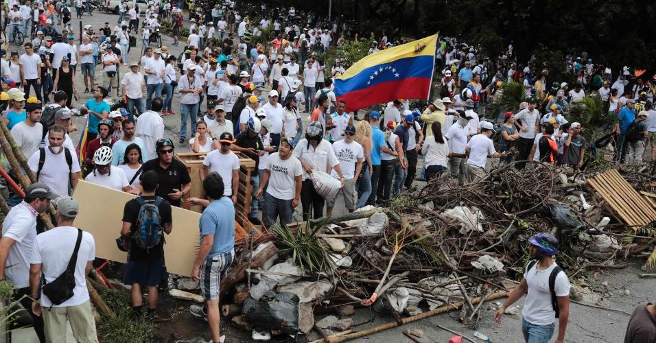 30.jul.2017 - Oposição faz barricada durante as eleições na Venezuela