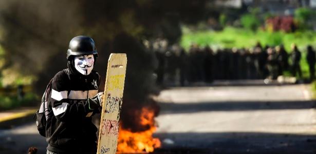 30.jul.2017 - Manifestante antigoverno entra em confronto com policiais durante a eleição da Assembleia Constituinte, em Caracas