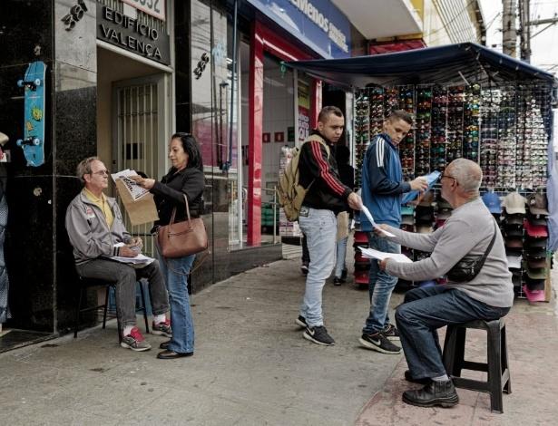 Candidatos entregam currículos na rua Doze de Outubro, na Lapa