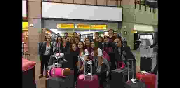 Alunos do 9º ano do Colégio Connexus, de Manaus, no aeroporto - Reprodução/Facebook - Reprodução/Facebook