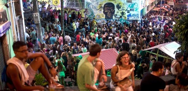 27.dez.2017 - Turistas se misturam a moradores e se divertem ao som do funk, na Pedra do Sal, no centro do Rio