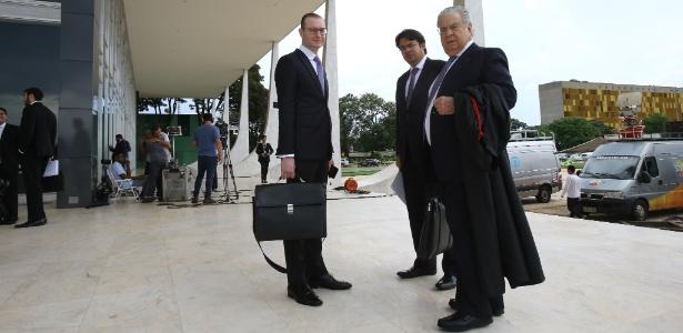 Advogados que atuam na defesa do ex- presidente Lula, entre eles José Roberto Batochio e Cristiano Zanin Martins, antes da sessão do Supremo