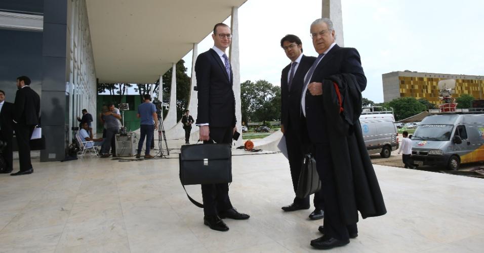 22.mar.2018 -  Advogados que atuam na defesa do ex- presidente Luiz Inácio Lula da Silva, entre eles José Roberto Batochio e Cristiano Zanin Martins, chegam ao prédio do Supremo Tribunal Federal (STF), em Brasília, nesta quinta-feira, 22