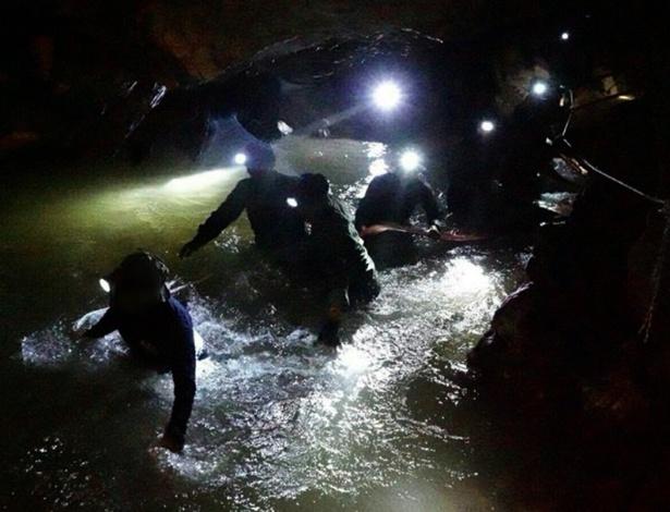 Grande parte dos esforços de resgate estão voltados para drenar a água da caverna - Xinhua