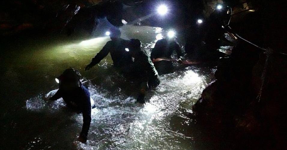 Equipes de resgate buscam por equipe de futebol desaparecida no complexo de cavernas da Tailândia