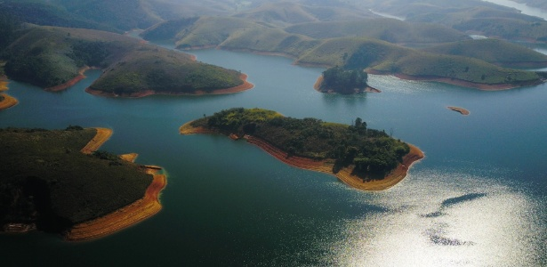 28.jul.2018 - Vista aérea da represa do Jaguari, em Igaratá (SP), que compõe o sistema Paraíba do Sul de abastecimento de água, que também abastece o sistema Cantareira; neste domingo (29), o Cantareira opera com 40% de sua capacidade - Nilton Cardin/Estadão Conteúdo
