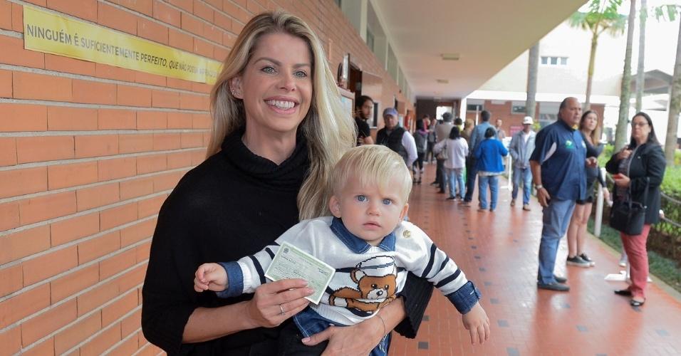 Karina Bacchi vai com o filho, Enrico, ao colégio eleitoral onde vota na zona sul de São Paulo