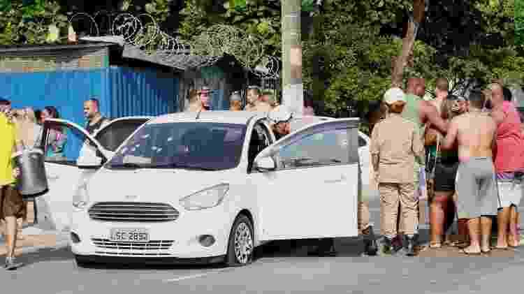 7.abr.2019 -  Dois homens dentro de um carro foram baleados por policiais na favela do Muquiço, em Guadalupe, na Zona Oeste do Rio de Janeiro (RJ). Um deles morreu no local e outro foi socorrido - José Lucena/Futura Press/Estadão Conteúdo - José Lucena/Futura Press/Estadão Conteúdo