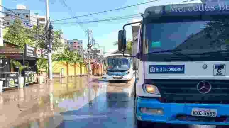 Serviços da Prefeitura voltam à Muzema; ainda há pontos encharcados ou alagados - Gabriel Sabóia/UOL