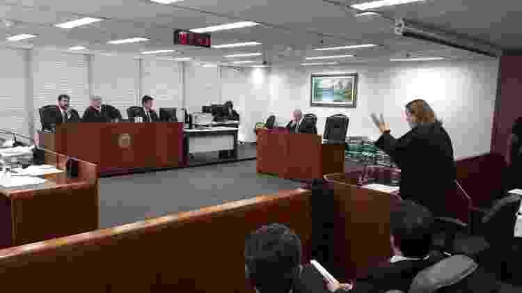 De pé, a advogada de família Merlino, Eloísa Machado, defende o recebimento da denúncia - Marcelo Oliveira/UOL