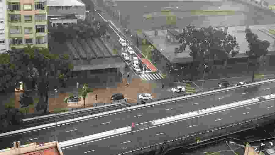 Praça Marechal Deodoro, em Santa Cecília, alagada em São Paulo, na tarde de hoje - Gustavo Giuberti/Twitter