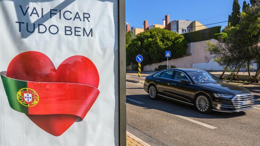 Em meio à pandemia do novo coronavírus, cartaz em Portugal mostra coração e a bandeira do país - Horacio Villalobos#Corbis/Corbis via Getty Images