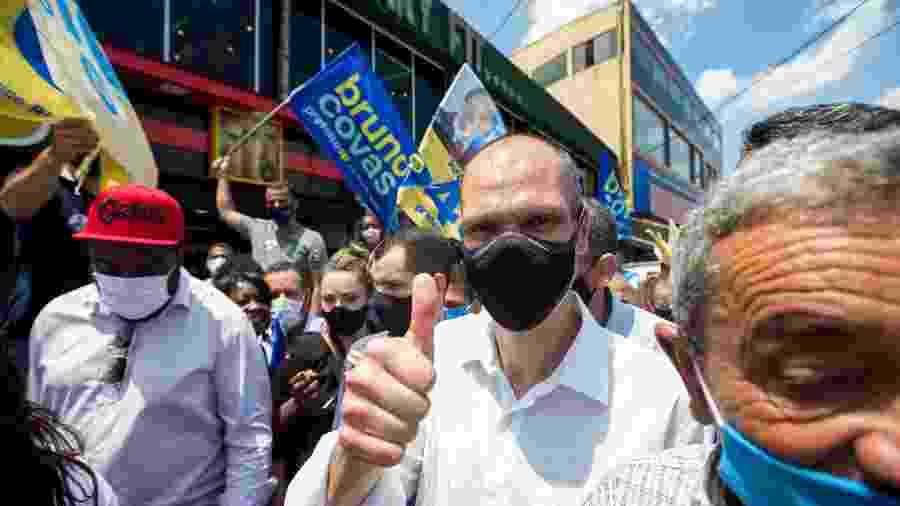 24 nov. 2020 - Bruno Covas (PSDB) faz campanha pelas ruas e comércio do bairro do Valo Velho, a periferia da zona sul da cidade de São Paulo - TIAGO QUEIROZ/ESTADÃO CONTEÚDO