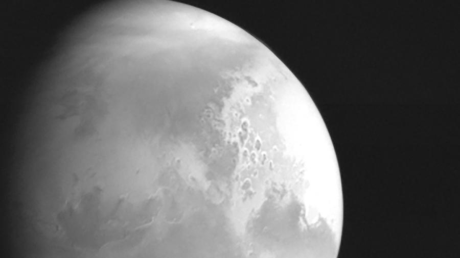 Imagem em preto e branco de Marte capturada pela sonda chinesa Tianwen-1  - China National Space Administration