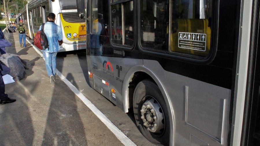 Ônibus foram danificados com pneus furados e correias do motor cortadas. Passageiros precisaram descer dos ônibus e concluir o trajeto a pé - WILLIAN MOREIRA/ESTADÃO CONTEÚDO