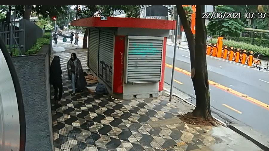 Imagens de câmera de segurança mostram momento do assalto na região da Santa Cecília, no centro de São Paulo - Reprodução/TV Globo