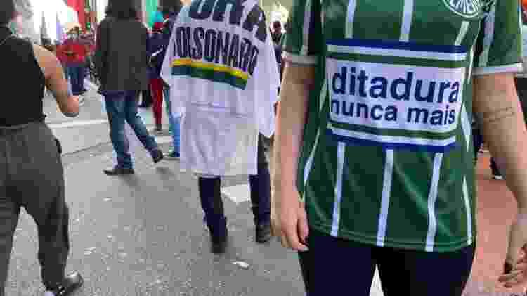 """Manifestante usa camisa do Palmeiras com a inscrição """"Ditadura nunca mais"""" em protesto em São Paulo - Herculano Barreto Filho/UOL - Herculano Barreto Filho/UOL"""