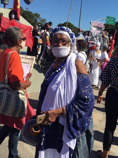 Sara Miranda, 71 anos, foi com as Filhas de Gandhi à manifestação contra Bolsonaro no Rio - Carolina Farias/UOL - Carolina Farias/UOL