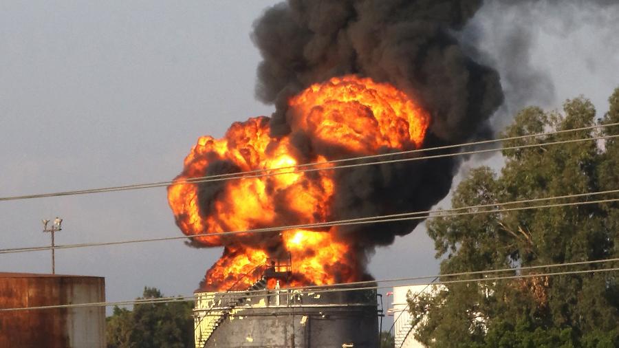 Fumaça e chamas de um grande incêndio em um dos tanques na instalação de petróleo de Zahrani, no sul do Líbano - Mahmoud Zayyat/AFP