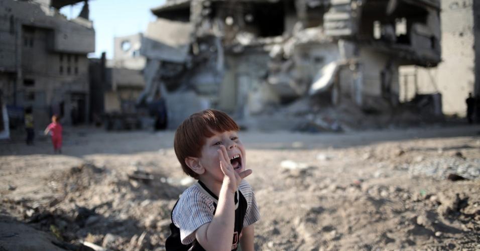 8.jul.2015 - Ahmad Al Moghani, 5, brinca com seus amigos perto de casas destruídas durante o conflito entre Israel e Palestina em 2014, na faixa de Gaza, nesta quarta-feira (8)