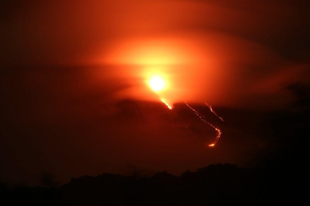 14.jul.2015 - A atividade do vulcão de Colima, no México, estabilizou-se após o pico de exalação no final de semana, embora siga vigente o desalojamento preventivo de 670 habitantes de povoados localizados próximos ao lugar, revelou a Defesa Civil do país