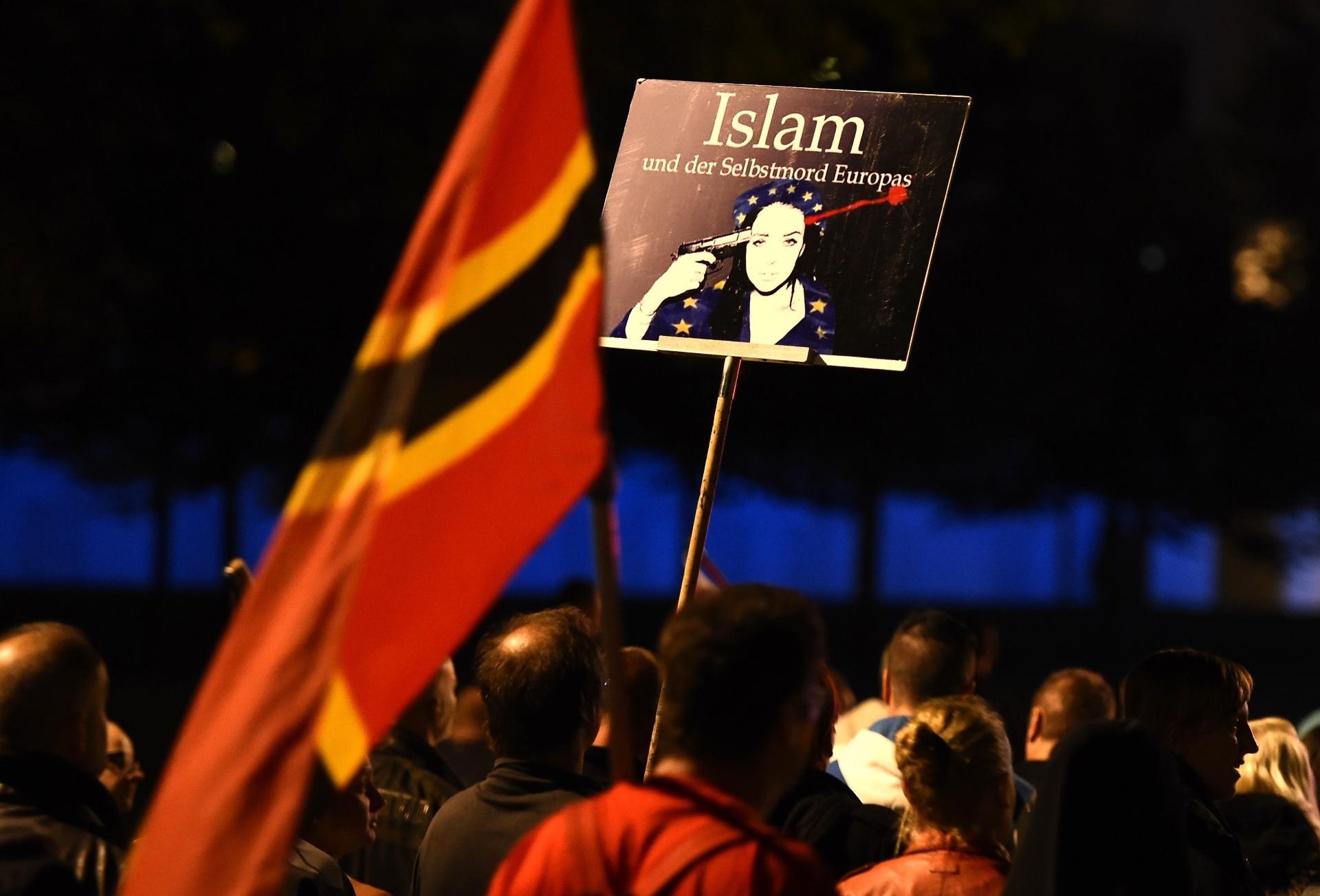 5.out.2015 - Manifestante exibe cartaz com a frase