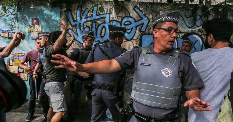 11.nov.2015 - PM e manifestantes que apoiam ocupação de escola discutem próximo ao colégio estadual Fernão Dias, na zona oeste de São Paulo. Estudantes seguem acampados dentro da escola em protesto à reorganização da rede estadual pública de ensino