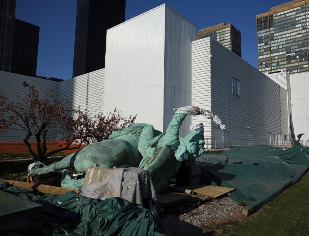 """O prédio temporário North Lawn, programado para ser demolido, e a escultura equestre """"Paz"""", que voltará ao gramado do complexo"""