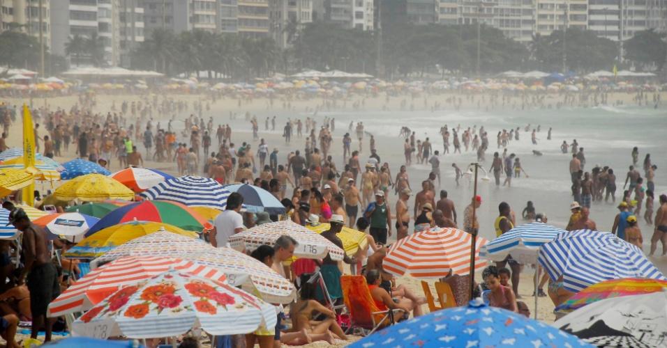 10.jan.2016 - Banhistas aproveitam domingo de forte calor na praia de Copacabana, na zona sul do Rio de Janeiro, neste domingo (10)