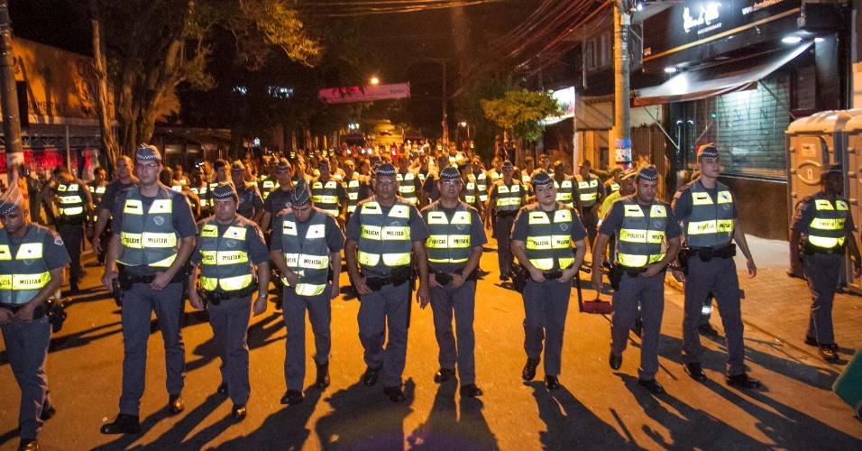1º.fev.2016 - Policiais militares cercam todo o quadrilátero de ruas da Vila Madalena, na zona oeste de São Paulo (SP), na noite deste domingo (31), para dispersar multidão de foliões que curtiam o carnaval de rua no local. Não houve tumulto. A operação é feita para dar início ao trabalho de limpeza da Prefeitura
