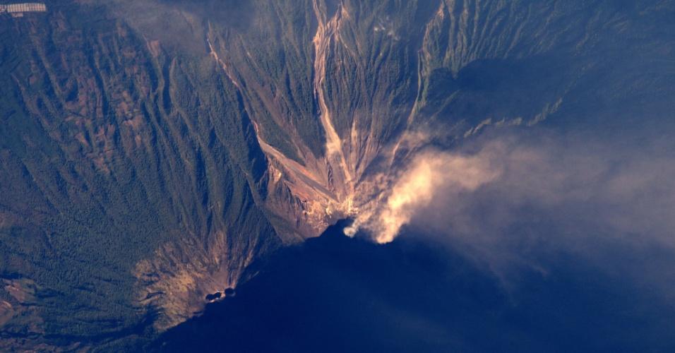 25.mar.2016 - Os raios de sol da manhã se refletem na fumaça emanada do vulcão de Fogo, localizado a 45 km a sudoeste da capital guatemalteca. O vulcão entrou em erupção no começo do ano na Guatemala, que tem 33 vulcões sendo que três ativos: além do Fuego, Santiaguito e Pacaya. A imagem foi feita pelo astronauta Tim Peake, a bordo da ISS (Estação Espacial Internacional)