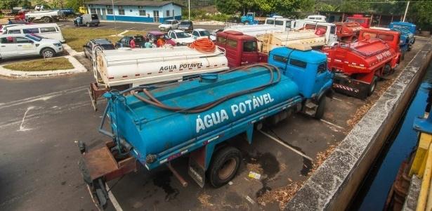 Caminhões pipas abastecem 130 tanques com capacidade de 20 mil litros instalados em vários bairros de Itabuna, sul da Bahia, para diminuir a falta de água que atinge a cidade devido à estiagem