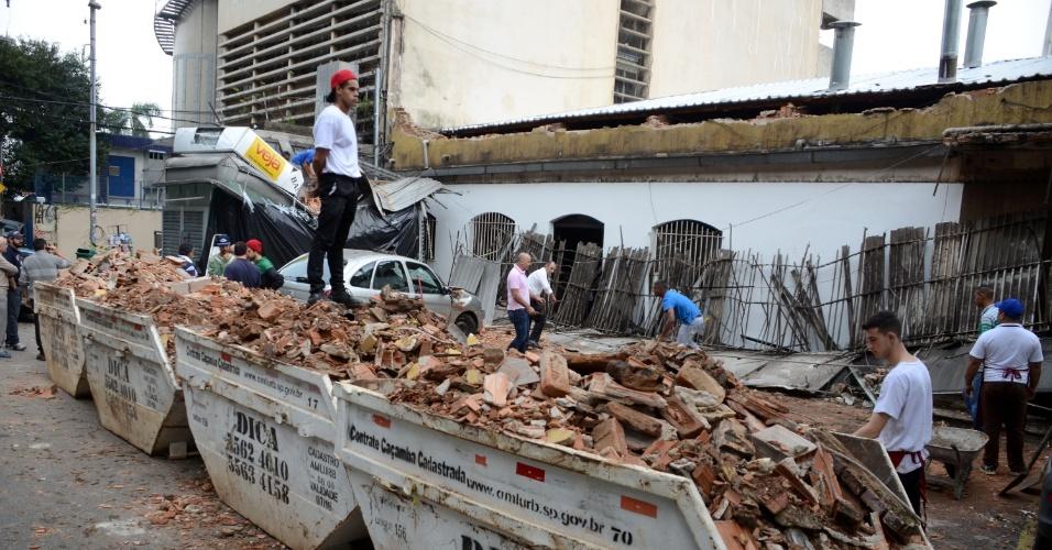 17.mai.2016 - Operários e funcionários trabalham na remoção dos escombros do desabamento da marquise da padaria Real, na avenida Doutor Arnaldo, em Perdizes, em São Paulo. O acidente aconteceu durante a chuva que atingiu a cidade na segunda-feira (16). Duas pessoas ficaram feridas