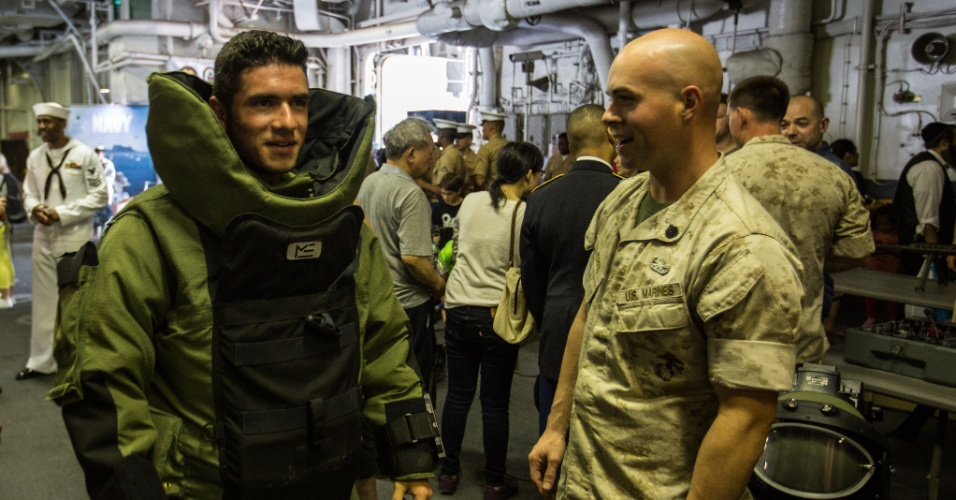 27.mai.2016 - Um visitante prova um traje antibomba a bordo do USS Bataan (LHD-5), em Nova York. Homens e mulheres do serviço das forças armadas dos EUA visitam a cidade de Nova York como parte das comemorações do Memorial Day, feriado norte-americano que homenageia os americanos mortos em combate
