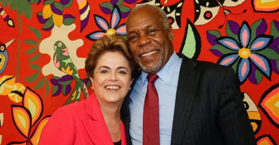 20.jun.2016 - A presidente afastada, Dilma Rousseff, se reúne com o ator Danny Glover em Brasília