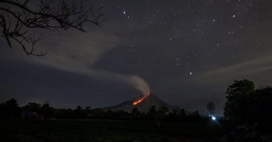10.jul.2016 - Imagem mostra erupção do vulcão Monte Sinabung,na vila de Kampung Dalam, na Indonésia. No céu, é possível ver a Via Láctea