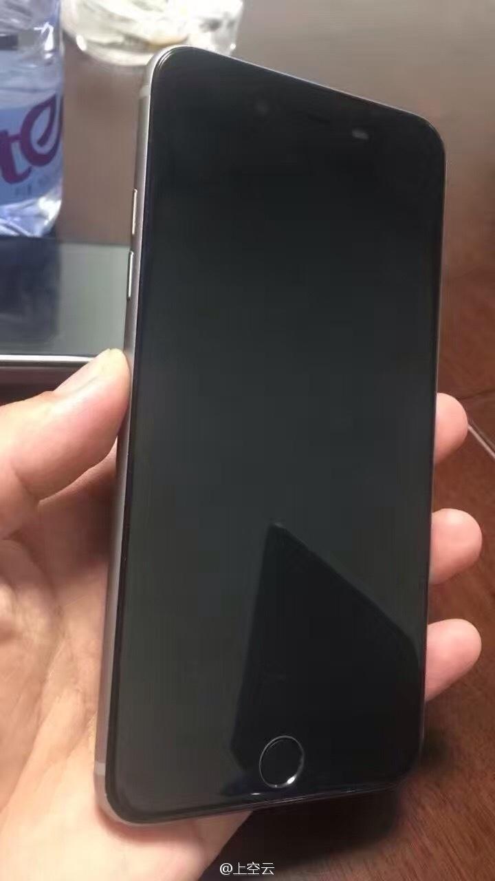 Imagem vazada de suposto iPhone 7 Plus mostra ausência do botão de silenciar toque, que ficava na lateral do aparelho nas versões anteriores. A Apple não confirma a veracidade da imagem
