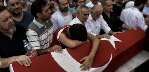 Jovem lamenta durante funeral de sete vítimas da tentativa de golpe em Istambul