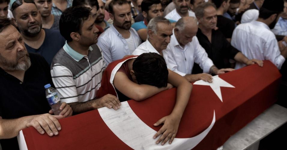 17.jul.2016 - Homem lamenta sobre um caixão com a bandeira turca durante funeral neste domingo (17) de sete vítimas da tentativa de golpe em Istambul