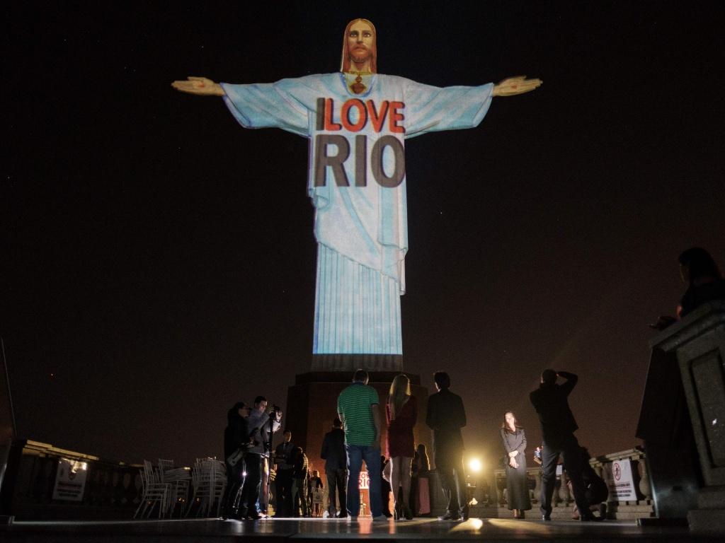27.jul.2016 - Campanha de lançamento de página de turismo é projetada sobre a estátua do Cristo Redentor na noite desta terça-feira (26) no Rio. O site, em inglês, contém diversas atrações turísticas da capital fluminense, e foi lançado a poucos dias da abertura dos Jogos Olímpicos, evento que deve atrair um grande número de turistas para a cidade