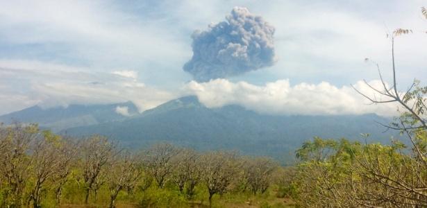 Vulcão Rinjani entra em erupção em Lombok, Indonésia - Santanu Bendesa/ Antara  Foto via Reuters