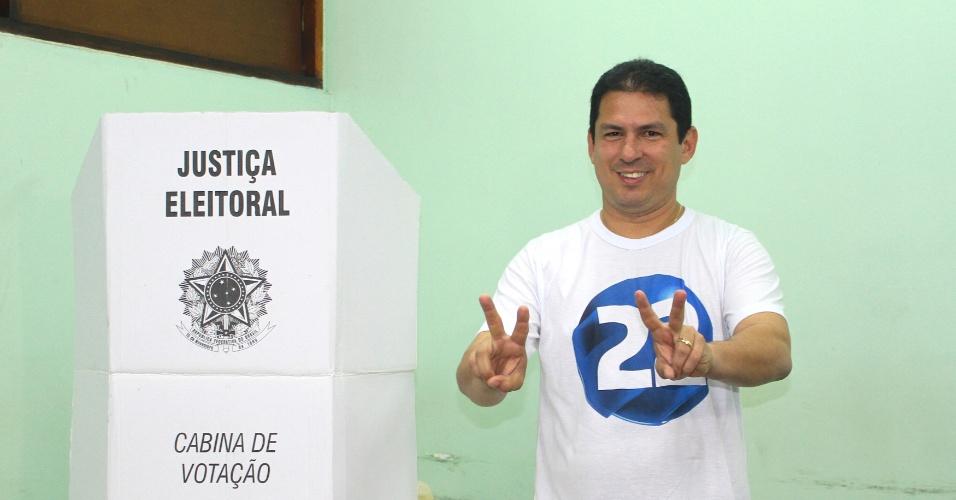 30.out.2016 - O candidato à Prefeitura de Manaus Marcelo Ramos (PR) chega para votar na Escola Superior de Tecnologia da Universidade do Estado do Amazonas. Devido ao horário de verão o segundo turno em Manaus está duas horas a menos que o horário de Brasília