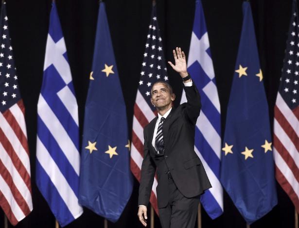 O presidente dos EUA, Barack Obama, acena para o público após discurso na fundação Niarchos, em Atenas, na Grécia