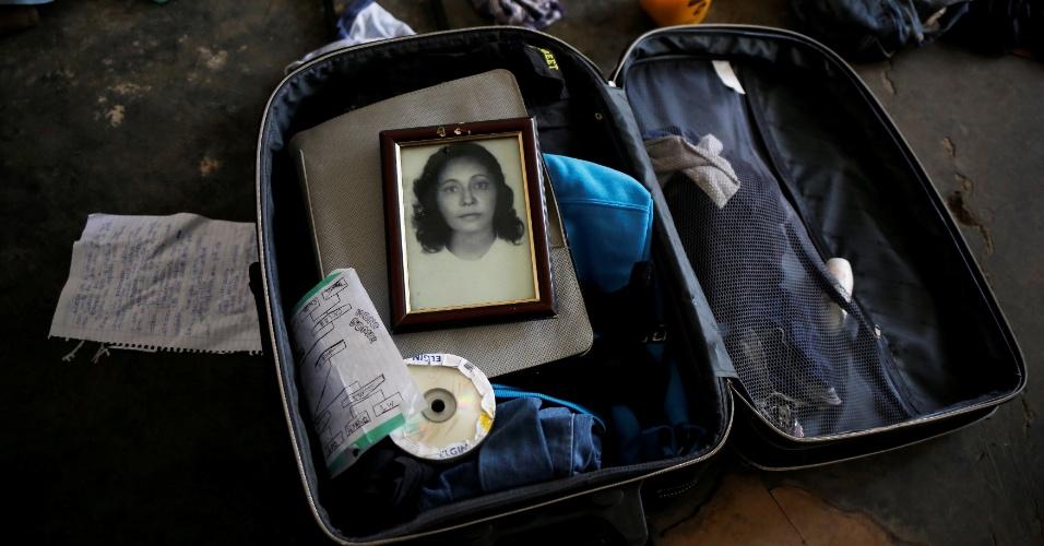 8.nov.2016 - Fotografia da avó de Teflon, 19, repousa na mala do membro da grupo LGBT de São Paulo que vive em prédio ocupado no Centro da cidade
