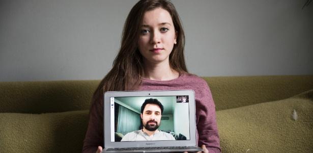 Jehan Mouhsen conversa com seu marido, Khaled Almilaji, por videoconferência. Ela está em Nova York e ele está retido na Turquia
