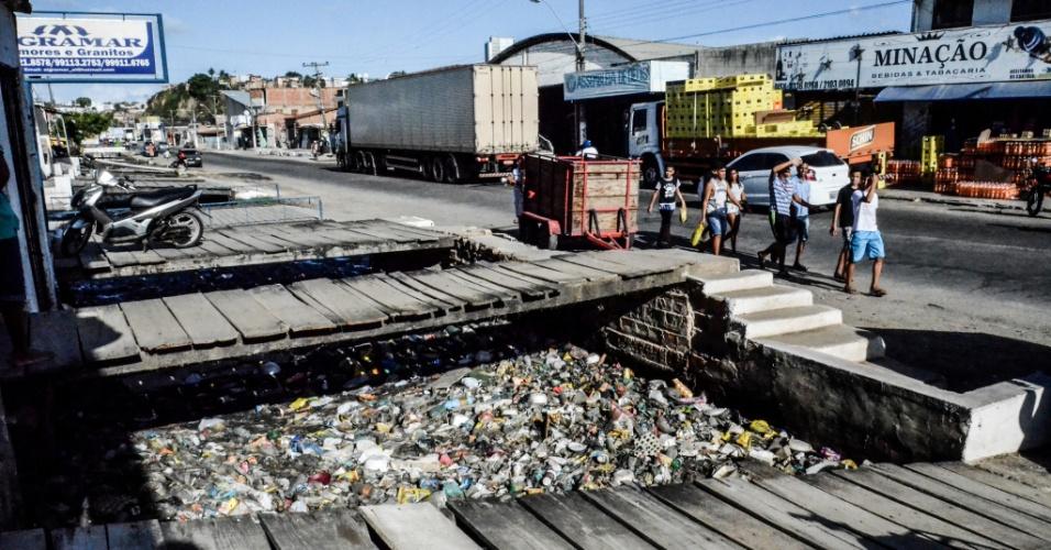 3.fev.2017 - Rua no bairro da Levada, periferia de Maceió. O local não tem tratamento de esgoto e a sujeira corre a céu aberto