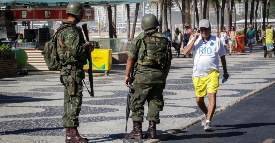 15.fev.20167 - Fuzileiros realizam patrulhamento na Orla da Praia de Copacabana