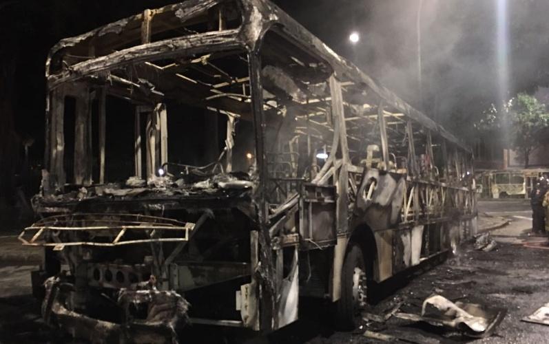 27.abr.2017 - Ônibus ficaram totalmente carbonizados após protestos no centro do Rio de Janeiro na noite desta sexta-feira