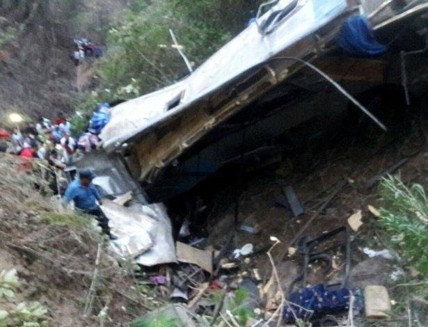 Momentos depois da queda do ônibus em barranco em Chiapas, sul do México