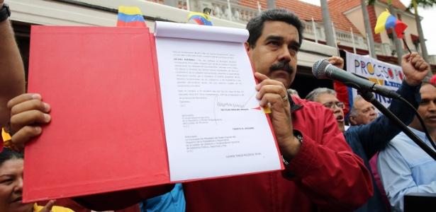 23.mai.2017 - O presidente da Venezuela, Nicolás Maduro, mostra o decreto que estabelece a eleição de membros para a Assembleia Nacional Constituinte, em Caracas
